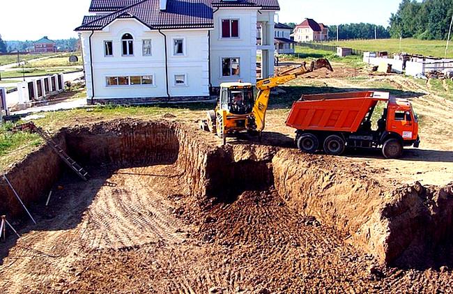 Разработка котлована для фундамента дома